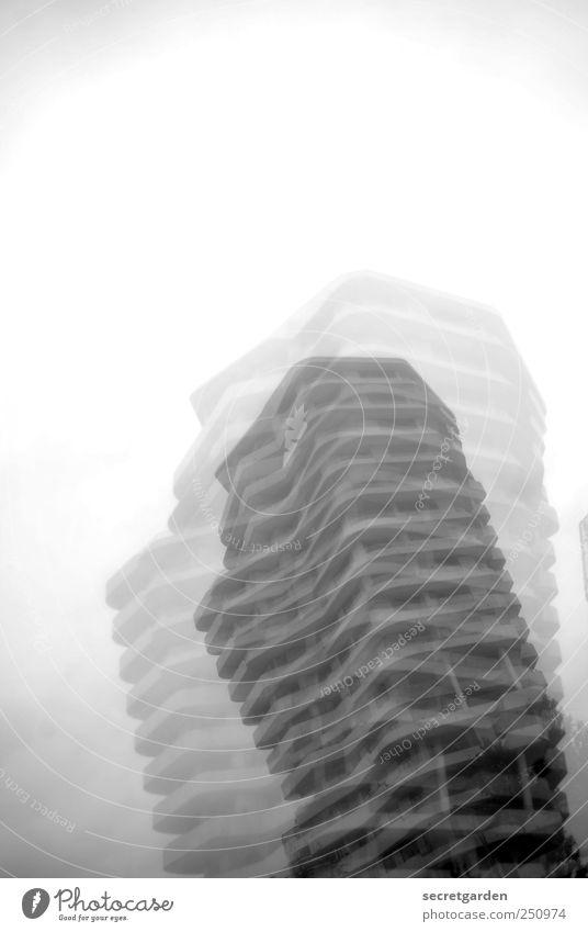 immer schön standhaft bleiben.... Himmel Architektur Gebäude Linie Zufriedenheit Nebel groß Hochhaus Perspektive Wandel & Veränderung Baustelle Turm bedrohlich Vergänglichkeit Bauwerk Skyline