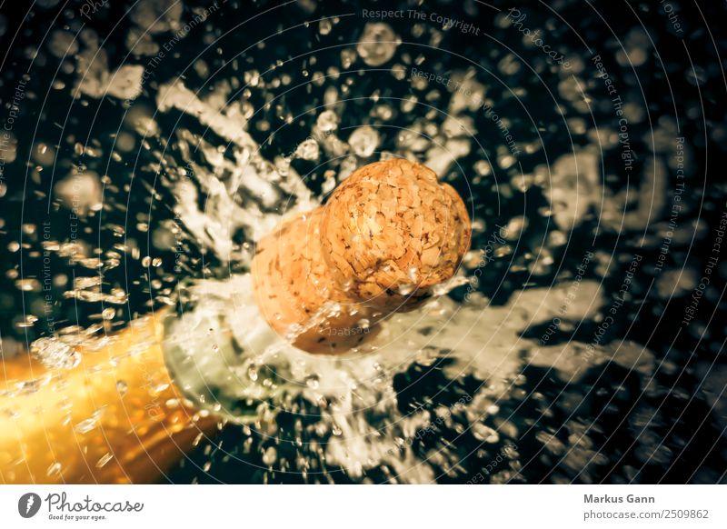 Sektkorken schießt aus der Sektflasche Lifestyle Leben gelb Feste & Feiern Getränk trinken Alkohol spritzen Explosion Champagner spritzig Korken