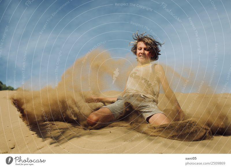 Superman Kind Mensch Natur Ferien & Urlaub & Reisen Sommer Sonne Landschaft Freude Lifestyle lachen Junge Tourismus Sand springen Körper Erde