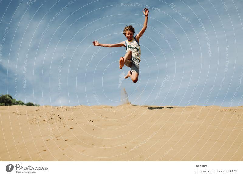Yipihh Kind Mensch Himmel Ferien & Urlaub & Reisen Sommer Landschaft Freude Glück Junge Freiheit Sand springen Körper Kindheit Abenteuer Erfolg