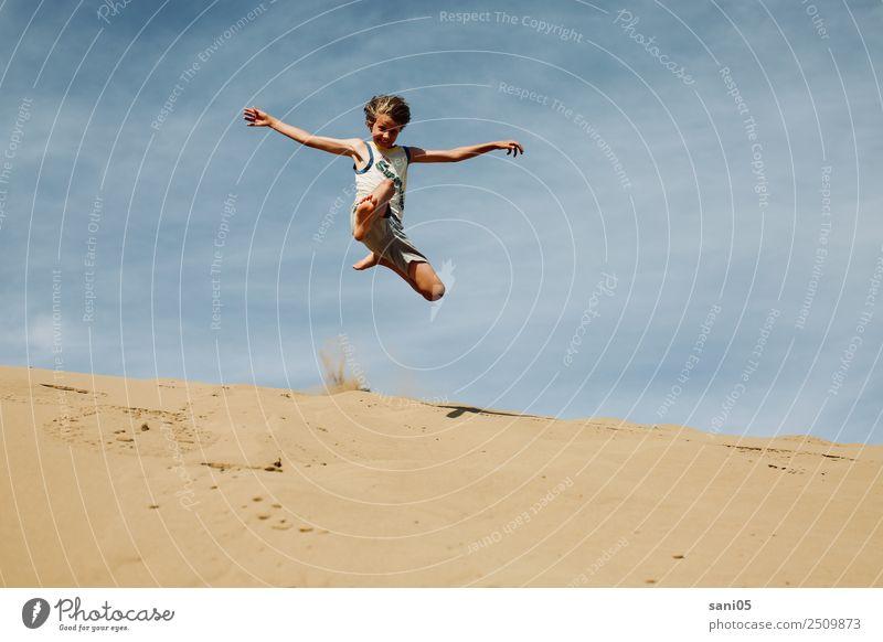 Superjump Kind Mensch Ferien & Urlaub & Reisen Sommer Lifestyle Glück Junge Sand springen Körper Kindheit Abenteuer Lebensfreude Klima Unendlichkeit sportlich