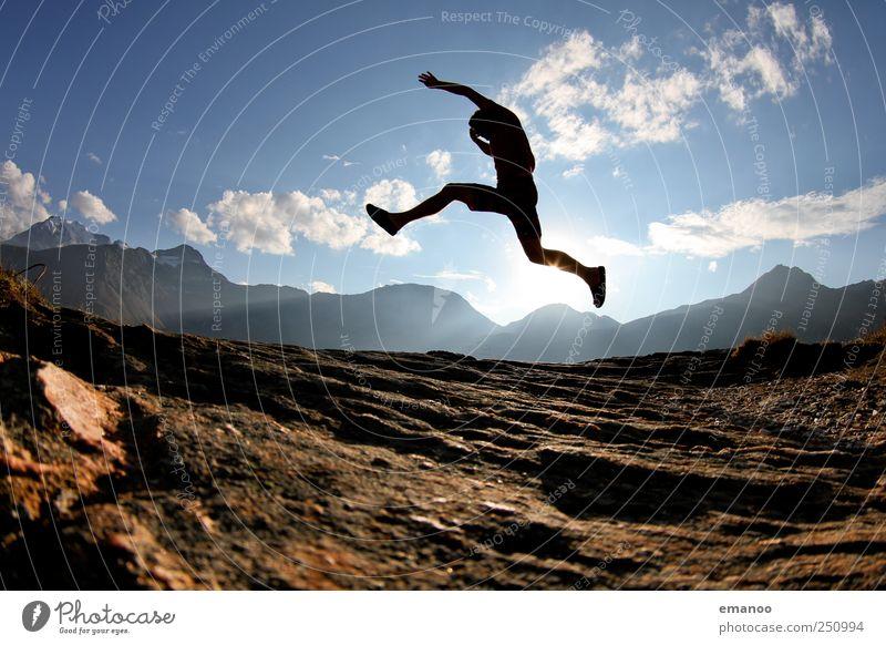 Gipfelstürmer Mensch Himmel Mann Ferien & Urlaub & Reisen Sommer Freude Erwachsene Berge u. Gebirge Freiheit springen Stil Wetter Felsen laufen wandern Ausflug