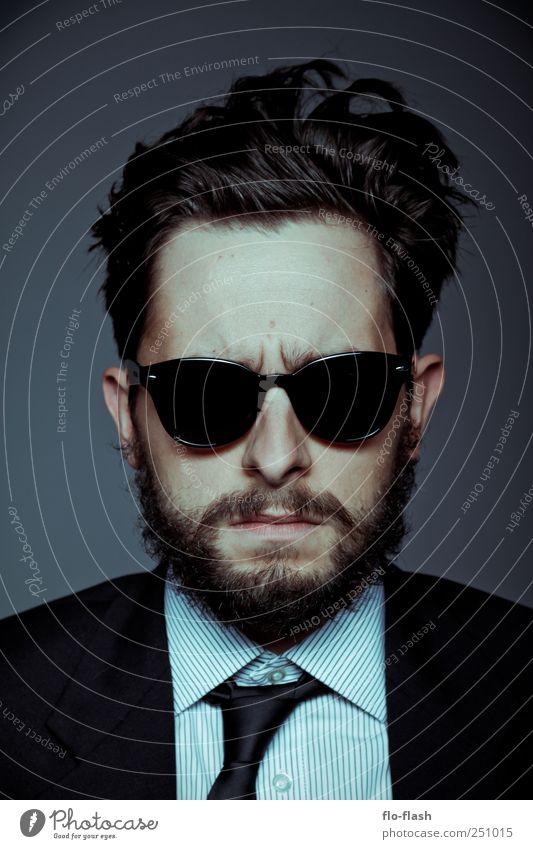 BEARDYFACE · 2011 Werbebranche maskulin Mann Erwachsene Kopf Mensch 18-30 Jahre Jugendliche 30-45 Jahre Theaterschauspiel Hemd Anzug Krawatte Sonnenbrille