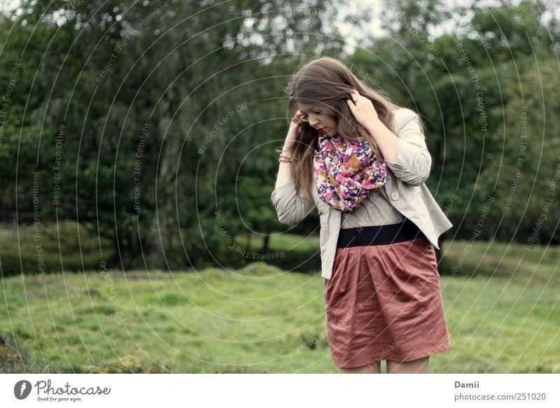 nichtssagend vielsagend Lifestyle elegant schön ruhig Freiheit Junge Frau Jugendliche 1 Mensch 18-30 Jahre Erwachsene Natur Moos Rock Schal brünett langhaarig