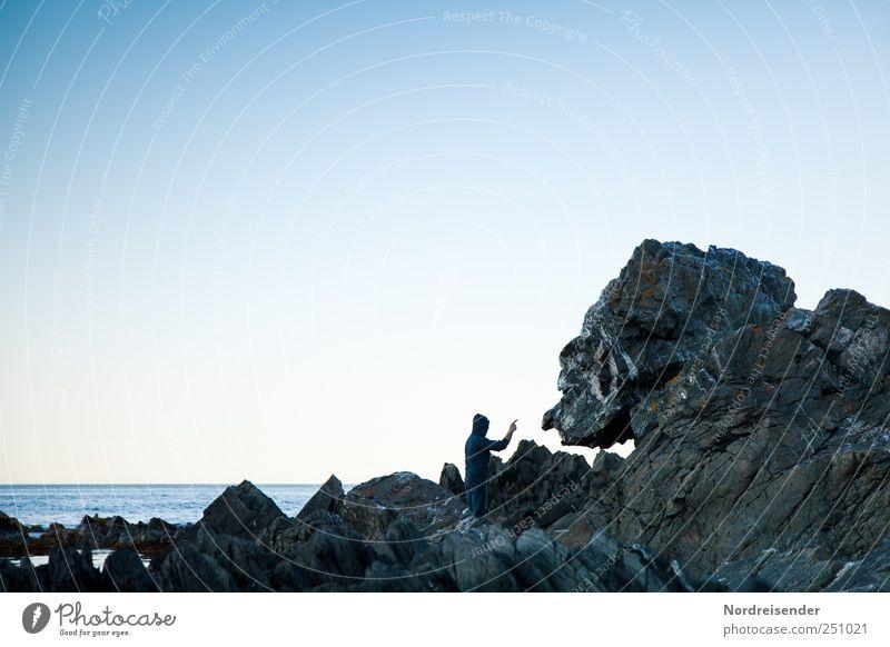 Einseitige Konversation Mensch Natur Wasser alt sprechen Landschaft Küste Ausflug Felsen Abenteuer verrückt maskulin Lifestyle bedrohlich Kommunizieren