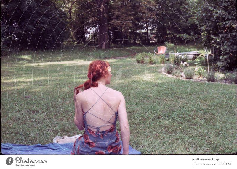 Blasse Schönheit Frau Natur Sommer Erholung Leben feminin Garten Gras Haare & Frisuren Stil Erwachsene Park Rücken elegant frei