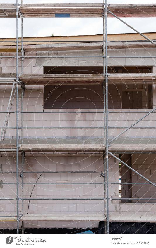 Gerüstbau Baustelle Handwerk Haus Industrieanlage Bauwerk Mauer Wand Fassade Fenster Tür Stein Linie Streifen bauen machen Beginn Ordnung Pause Baugerüst