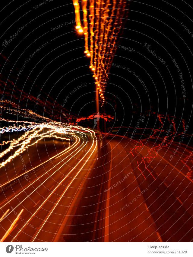 A7 bei Nacht Verkehrswege Straßenverkehr Autofahren Autobahn Fahrzeug PKW Lastwagen Stein Metall gelb violett rosa rot Farbfoto Außenaufnahme Kunstlicht