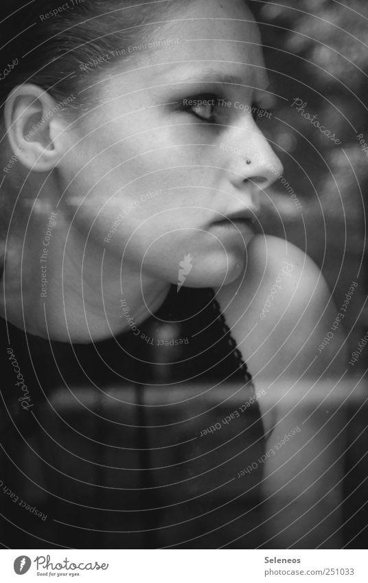 see you Haut Gesicht Schminke Mensch feminin Kopf Haare & Frisuren Ohr Nase Mund Lippen 1 Piercing Glas beobachten träumen Traurigkeit elegant Sorge Trauer