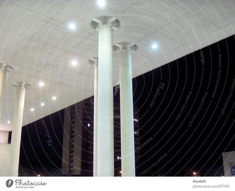 Säulen Licht Nacht dunkel Gebäude grau Museumsmeile Bauwerk hell Architektur modern im lichterglanz erstrahlen hell erleuchtet sein Beleuchtung Schönes Wetter