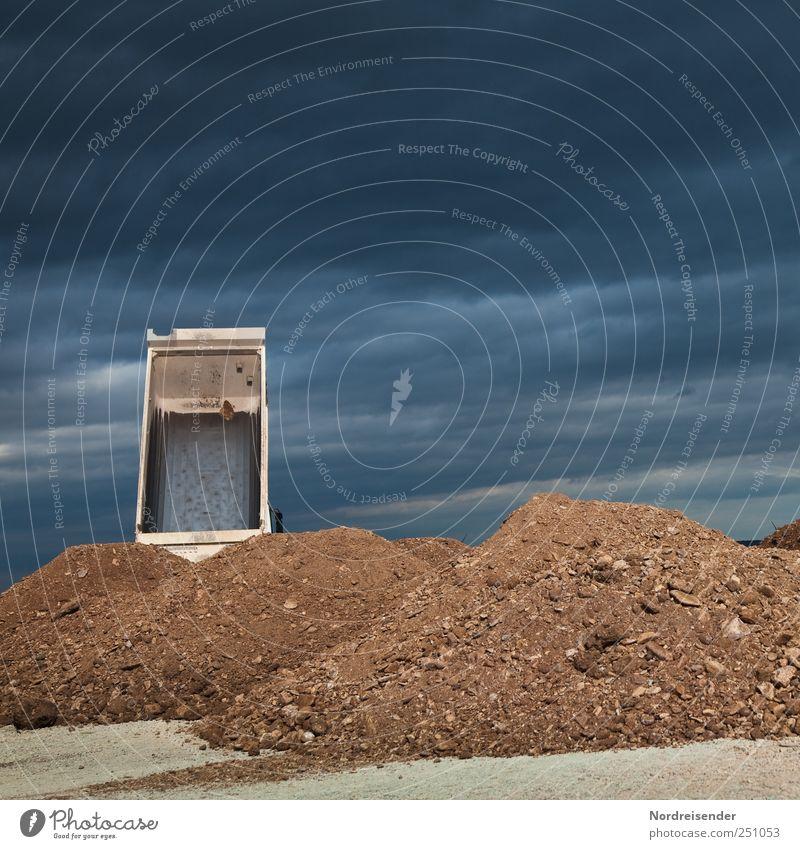 Kies scheffeln.... Himmel blau Wolken Umwelt Bewegung Sand braun Ordnung Beginn Verkehr planen Industrie Baustelle Güterverkehr & Logistik Lastwagen Reichtum