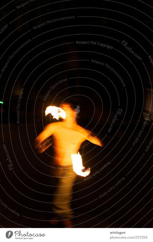 Ein Feuertänzer Ferien & Urlaub & Reisen Tourismus Nachtleben Mensch maskulin Mann Erwachsene Leben Kopf Brust 1 Künstler Tänzer Zirkus Veranstaltung Tanzen