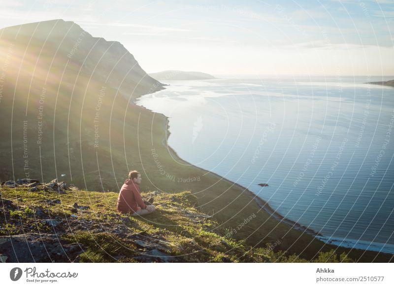 Sommernächtlicher Blick auf einen Fjord in Norwegen harmonisch Erholung ruhig Ferien & Urlaub & Reisen Ausflug Abenteuer Ferne Freiheit Junger Mann Jugendliche