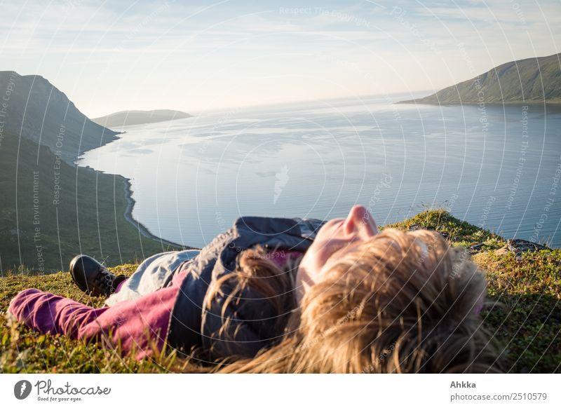 Mitternachtssonnenbad am Fjord Ferien & Urlaub & Reisen Jugendliche Junge Frau Meer Erholung ruhig Ferne Stimmung Zufriedenheit authentisch Abenteuer