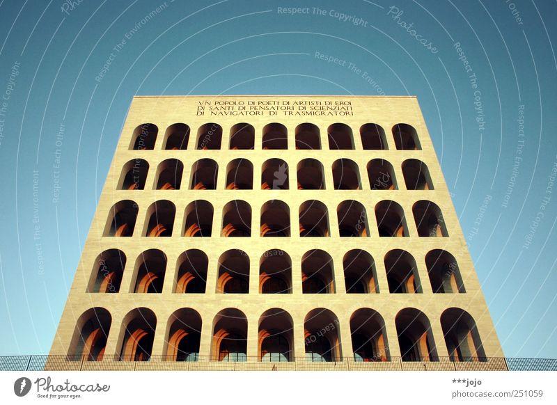 würfeln. Rom modern Faschismus Italien Kolosseum Architektur Symmetrie monumental Wahrzeichen Säule Torbogen Bogen Perspektive Zentralperspektive Klotz Beton