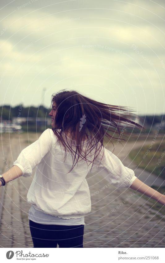Getanzt als gäbs kein Morgen mehr. Mensch Junge Frau Jugendliche 1 18-30 Jahre Erwachsene Himmel Bluse brünett langhaarig Bewegung drehen Tanzen träumen frei