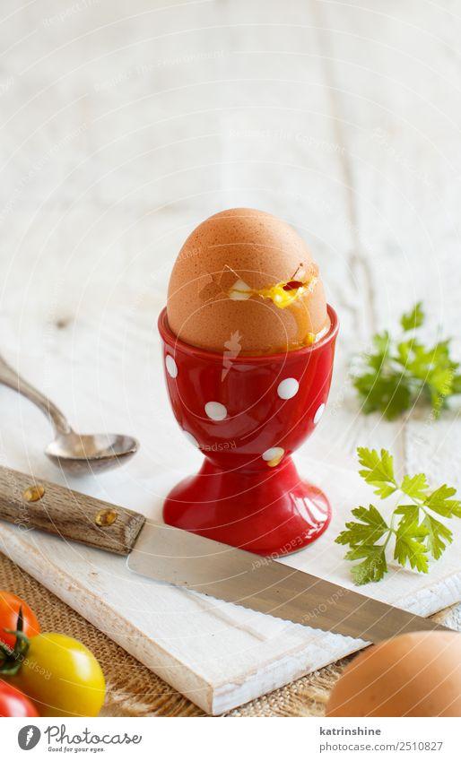 Weich gekochtes Ei Ernährung Frühstück Löffel Holz frisch hell lecker gelb rot weiß Tradition kochen & garen gebrochen kontinental Riss Essen zubereiten