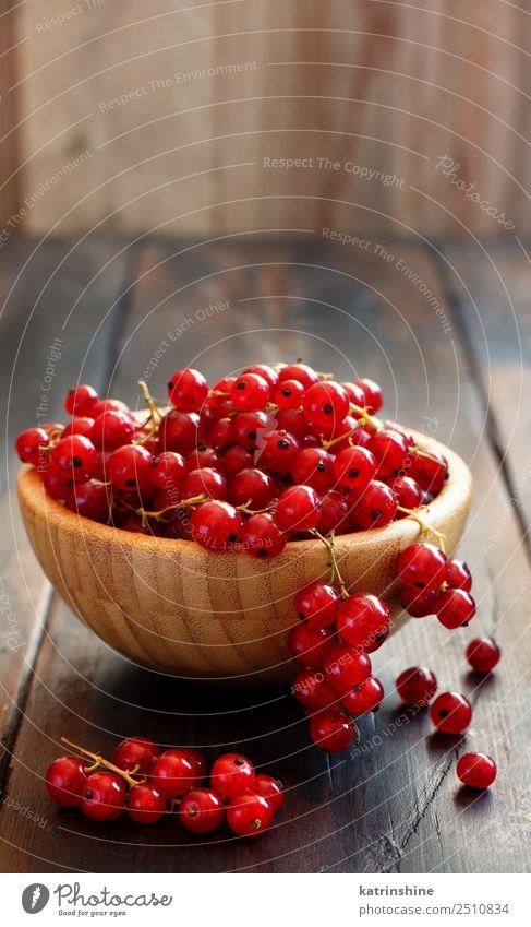Reife Beeren der roten Johannisbeere Frucht Vegetarische Ernährung Schalen & Schüsseln Sommer Garten Holz frisch lecker natürlich weiß Hintergrund