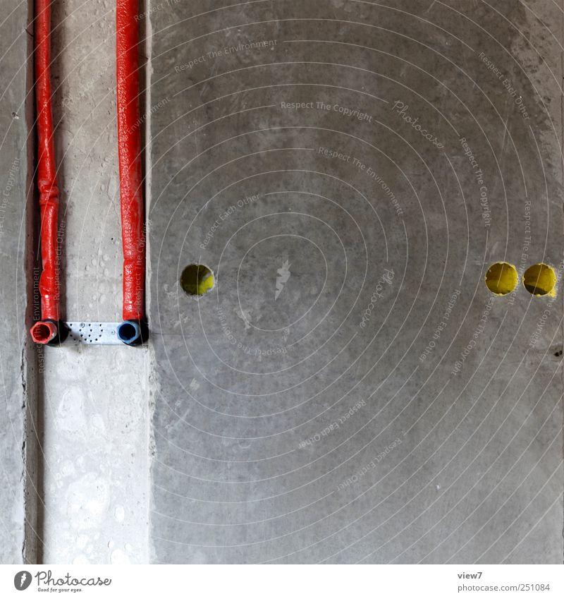 Wasserleitung Handwerker Baustelle Haus Mauer Wand Fassade Stein Beton Metall Linie Streifen bauen gebrauchen authentisch modern neu Klischee grau Genauigkeit