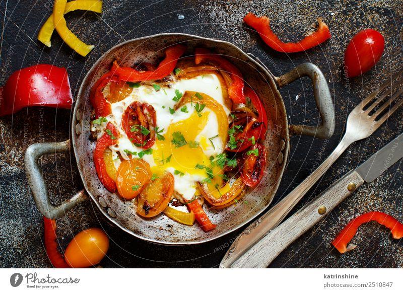 rot gelb hell frisch Tisch kochen & garen Gemüse Frühstück Mahlzeit Tomate rustikal ungesund Pfanne geschmackvoll Spiegelei Protein