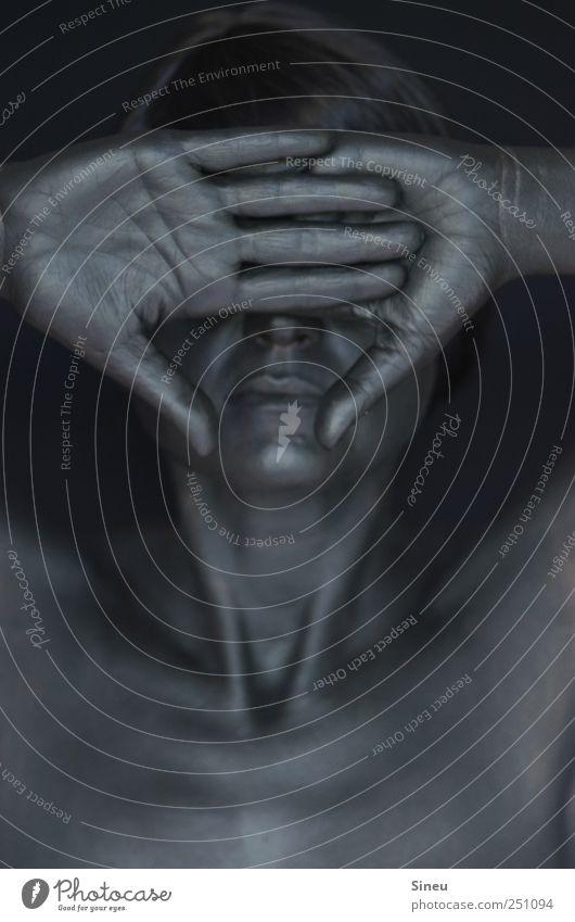 Nichts zu sehen. feminin Frau Erwachsene Kopf Nase Mund Brust Hand Finger 1 Mensch schwarzhaarig dunkel glänzend gruselig kalt Schmerz Verzweiflung