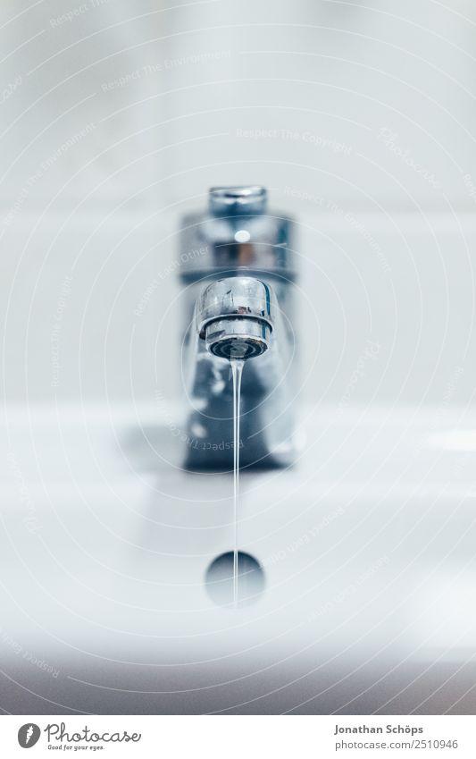 Wasserhahn als Symbol für Wasserknappheit weiß Wärme Wassertropfen Trinkwasser Sauberkeit trinken Bad Körperpflege Flüssigkeit fließen Klimawandel Dürre Hahn