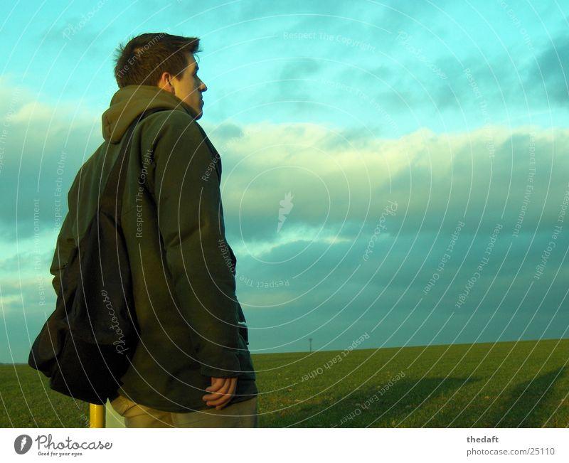 Nachdenklich Mann grün Porträt Wolken Wiese verdunkeln Junger Mann Denken Gras Grünfläche Konzentration Schatten Himmel wandersmann nachdenken an etwas denken