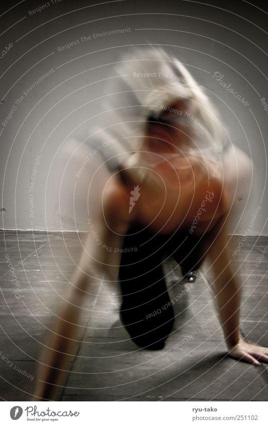 in motion III feminin Junge Frau Jugendliche 1 Mensch 18-30 Jahre Erwachsene Leder Maske blond kurzhaarig Bewegung krabbeln dunkel kalt trashig wild Wut grau