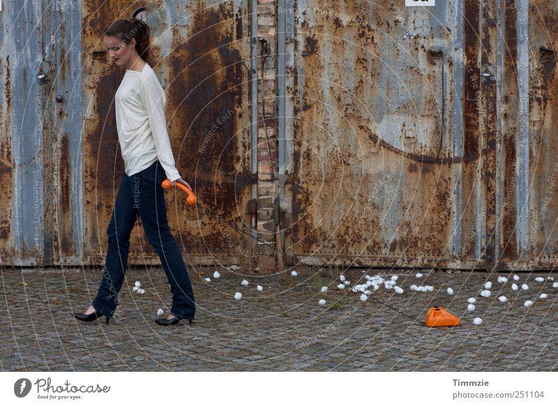 hanging on.. Mensch Jugendliche schön Junge Frau 18-30 Jahre Erwachsene Metall ästhetisch Telefon dünn Jeanshose Stress trashig skurril selbstbewußt Stolz