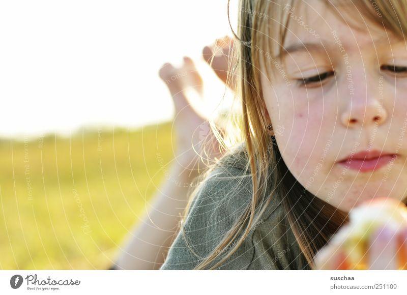 die letzten tage des sommers Mädchen Kindheit Haut Kopf Haare & Frisuren Gesicht Auge Nase Mund Lippen 1 Mensch Essen Apfel Füße Farbfoto Außenaufnahme