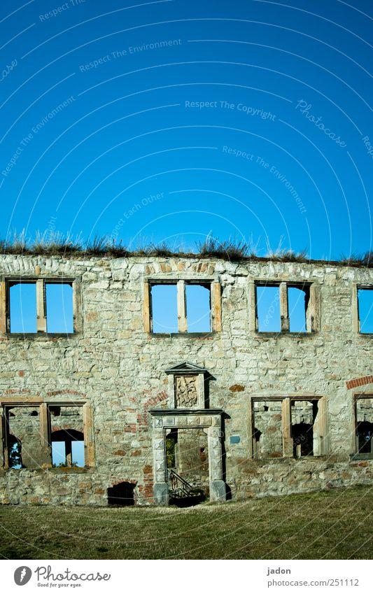 drinnen wie draußen. alt blau Haus Wand Fenster Architektur Garten Mauer Stein Tür Wohnung elegant Fassade Baustelle Idylle historisch