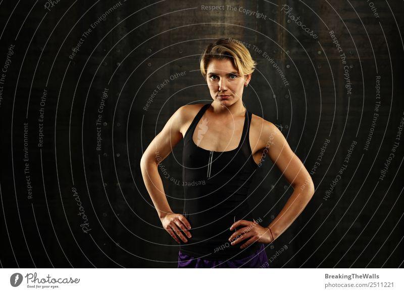 Junges athletisches Frauenporträt über schwarzem Hintergrund Lifestyle Sport Fitness Sport-Training Sportler Junge Frau Jugendliche Erwachsene 1 Mensch