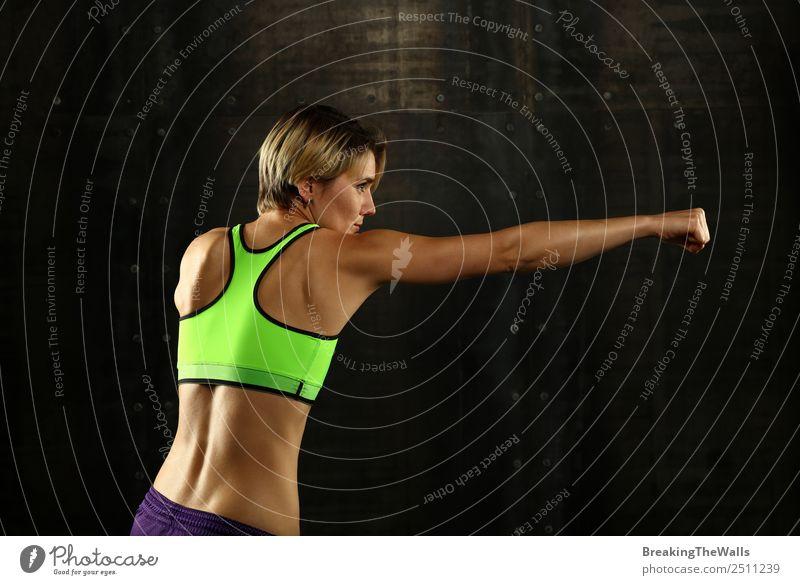 Youns Frau Boxen beim Training Lifestyle Sport Fitness Sport-Training Kampfsport Sportler Junge Frau Jugendliche Erwachsene Rücken Arme 1 Mensch 30-45 Jahre