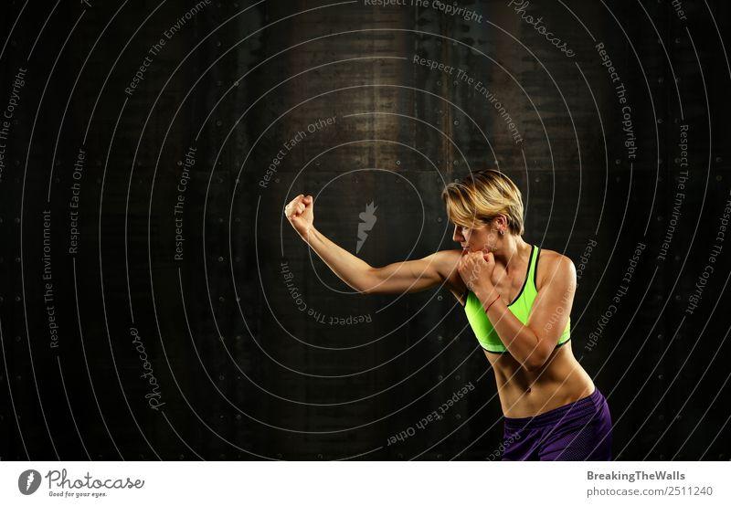 Junge Boxerin kämpfend vor dunklem Hintergrund Sport Fitness Sport-Training Kampfsport Sportler Junge Frau Jugendliche Erwachsene Hand 1 Mensch 30-45 Jahre