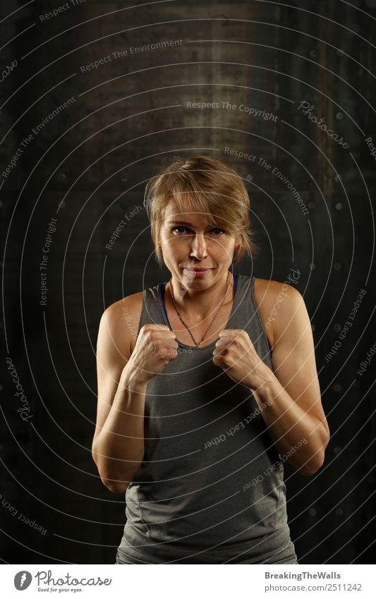 Nahaufnahme des Porträts einer Frau in Boxhaltung Lifestyle Sport Fitness Sport-Training Kampfsport Sportler Erwachsene Gesicht Arme Hand 1 Mensch blond dunkel