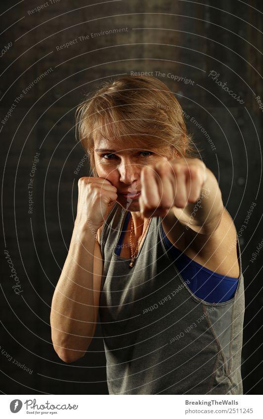 Nahaufnahme einer Frau in Boxhaltung Lifestyle Sport Fitness Sport-Training Kampfsport Erwachsene Gesicht Arme Hand 1 Mensch 30-45 Jahre blond dunkel stark