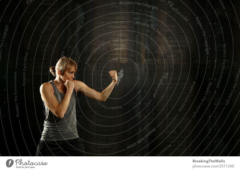 Frau beim Boxen in der Dunkelkammer Lifestyle Sport Fitness Sport-Training Kampfsport Leichtathletik Sportler Erwachsene Hand 1 Mensch 30-45 Jahre blond dunkel