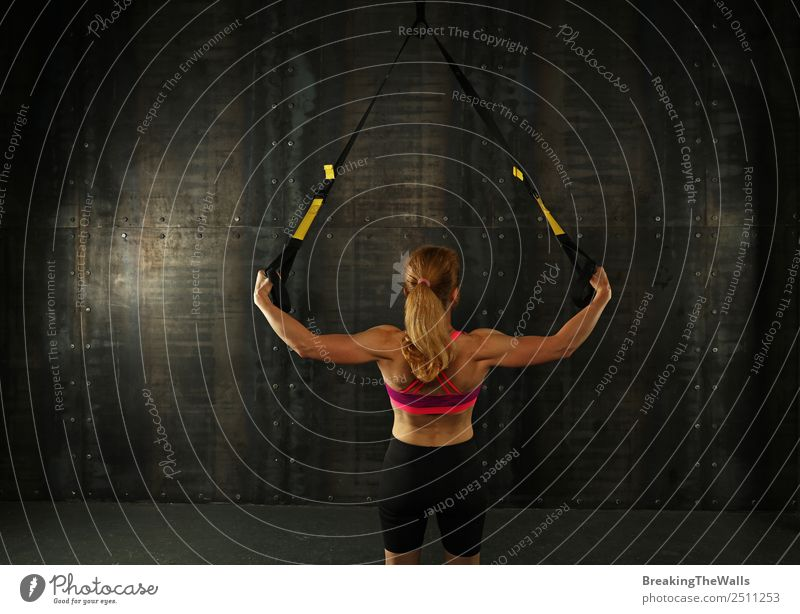 Damen-Trainingsarme mit TRX-Aufhängungsriemen Lifestyle Sport Fitness Sport-Training Sportler Frau Erwachsene Hand blond dunkel muskulös stark schwarz weiß