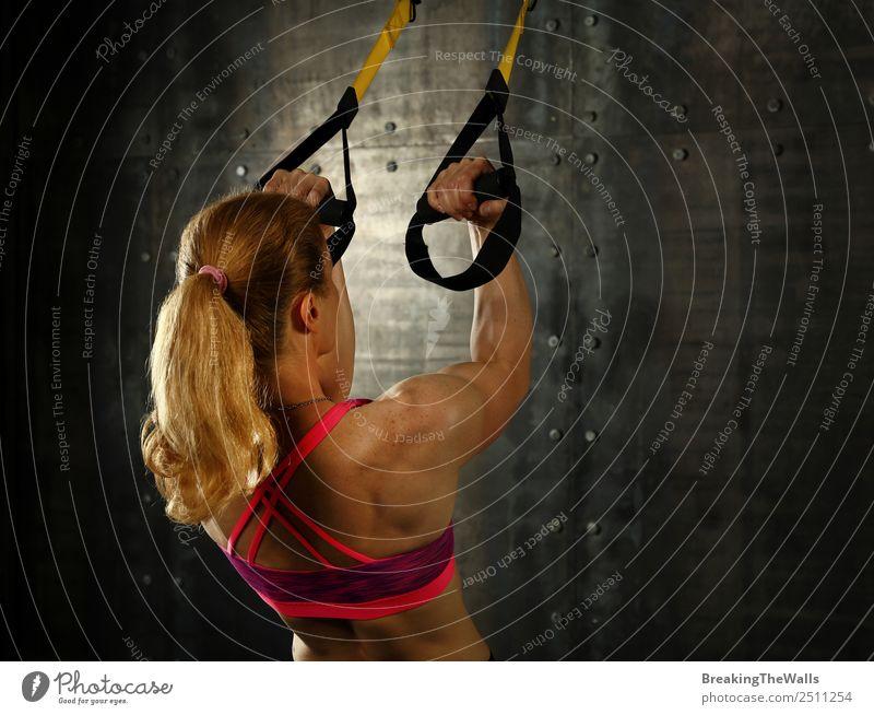 Frauen beim Training mit TRX Aufhängungsbändern Lifestyle Sport Fitness Sport-Training Sportler Erwachsene Arme 1 Mensch 30-45 Jahre blond langhaarig Pony