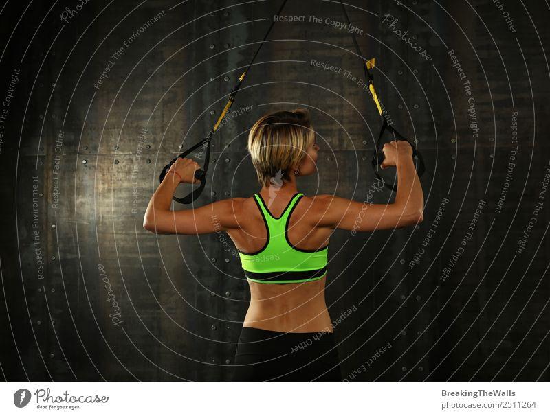 Junges athletisches Frauentraining mit Trx-Hängegurten Lifestyle Sport Fitness Sport-Training Leichtathletik Sportler Junge Frau Jugendliche Erwachsene Rücken