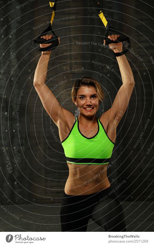 Junge Frau beim Training mit trx Fitness-Gurten Lifestyle Sport Sport-Training Leichtathletik Sportler Jugendliche Erwachsene Arme Hand 1 Mensch 30-45 Jahre