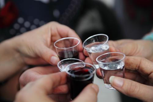CHAMANSÜLZ | 1400 und darauf einen schnaps! Getränk Alkohol Spirituosen Glas Party Feste & Feiern Hand Finger 5 Mensch lustig Farbfoto Außenaufnahme Tag