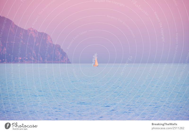 Sonnenaufgang Meereslandschaft mit Yacht am Horizont Ferien & Urlaub & Reisen Tourismus Ausflug Sommer Sommerurlaub Berge u. Gebirge Natur Landschaft Wasser