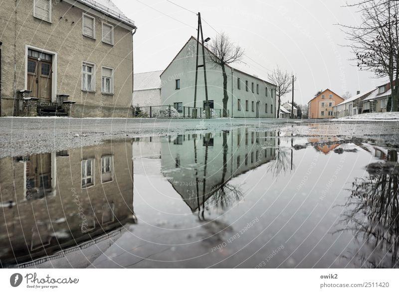 Dörfer klonen Wasser Himmel Wolken Horizont Winter Schnee Baum Dorf Haus Mauer Wand Fassade Fenster Tür Dach Straße Pfütze kalt nass trist Gelassenheit geduldig