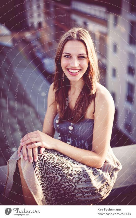 ° Frau Mensch Jugendliche schön Erwachsene Erholung feminin Straße Leben Wand Glück Mauer elegant sitzen Fassade Fröhlichkeit