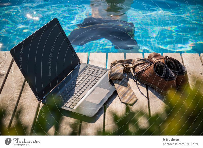 Mittagspause Erholung Schwimmbad Ferien & Urlaub & Reisen Sommerurlaub Business Notebook maskulin Mann Erwachsene Körper Rücken Badehose Krawatte Schuhe