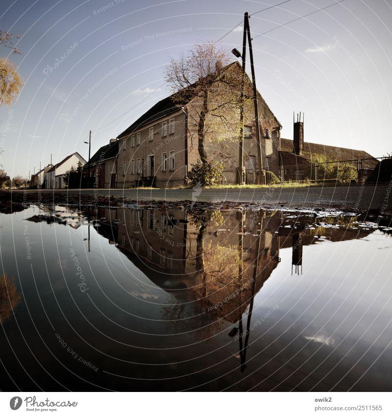 Doppelhaus Wasser Himmel Wolken Horizont Schönes Wetter Baum Dorf Haus Gebäude Mauer Wand Fassade Fenster Tür Straße Pfütze alt Dorfidylle doppelt gemoppelt