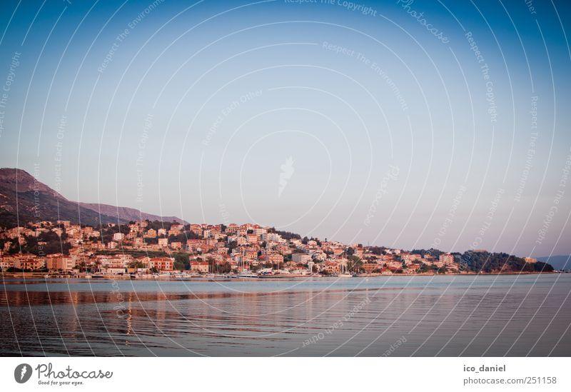 Am Rande von Split Wasser blau Stadt Sommer Ferien & Urlaub & Reisen Meer Haus gelb Tourismus Europa beobachten Skyline Bucht genießen Hauptstadt Sightseeing