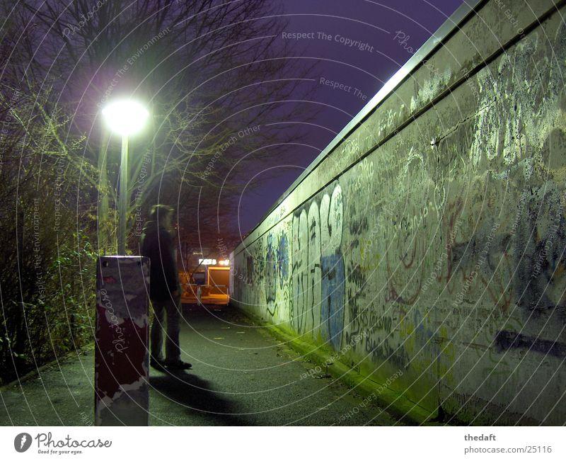 Einsamkeit Mauer Licht Nacht kalt Winter Mann Trauer Verzweiflung Graffiti Mensch