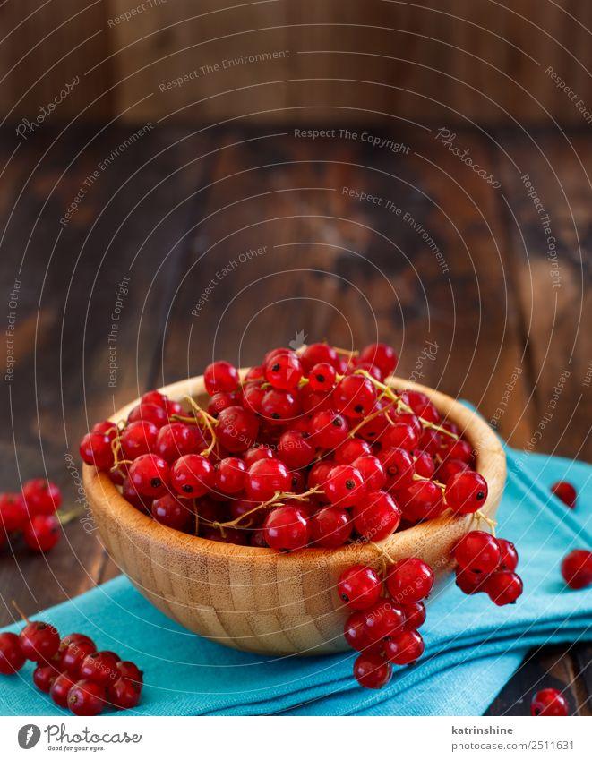Reife rote Johannisbeeren in einer Schüssel Frucht Vegetarische Ernährung Schalen & Schüsseln Sommer Garten Holz frisch lecker natürlich blau weiß Hintergrund